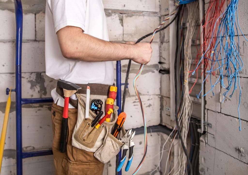 Thợ điện là người sử dụng các công cụ để sửa chữa các thiết bị điện bị hư hỏng