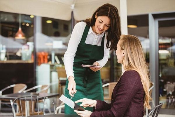 Nhân viên phục vụ bàn là gì? Nên tìm việc phục vụ bàn ở đâu uy tín?