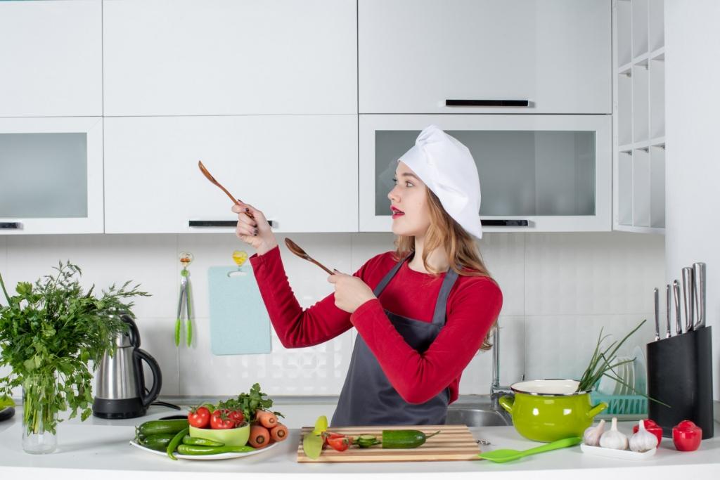 Việc làm phụ bếp là gì? Việc làm phụ bếp khác gì với bếp trưởng? Thu nhập của việc làm phụ bếp ra sao?